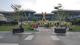 Suasana Bandara Sultan Syarif Kasim II di Pekanbaru, Riau, Rabu (9/5). Sebelumnya, Bandara Sultan Syarif Kasim II hanya menggunakan Bahasa Inggris dan Indonesia untuk informasi penerbangan. (Liputan.com/Herman Zakharia)