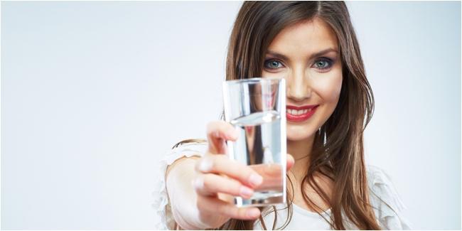 Minum air sebelum makan, bikin lebih cepat kenyang./Copyright Shutterstock