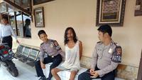 Polisi langsung mengamankan pisau dapur yang sempat dibawa oleh orang dengan gangguan jiwa berkeliaran di sepanjang Jalan Siliwangi Kota Cirebon. (Liputan6.com / Panji Prayitno)