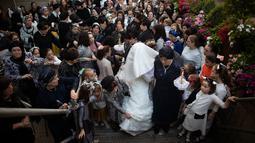 Pengantin Yahudi ultra-ortodoks Hannah Halbershtam datang bersama keluarganya ke upacara pernikahannya di kota ultra-ortodoks Bnei Brak, Israel, Selasa (20/8/2019. (AP Photo/Oded Balilty)