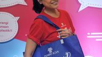Sigi Wimala berpose dengan tas jinjing Tempo Scan Love Earth, Jakarta, Kamis (28/4). Melalui Program Tempo Scan Love Earth, konsumen didorong untuk menggunakan tas ramah lingkungan. (Liputan6.com/Gempur M Surya)