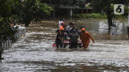 Petugas mengevakuasi warga yang terjebak banjir di kawasan Kemang, Jakarta, Sabtu (20/2/2021). Curah hujan yang tinggi menyebabkan kawasan tersebut terendam banjir setinggi orang dewasa. (Liputan6.com/Johan Tallo)