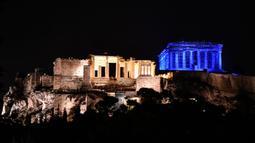 Situs warisan dunia Kuil Parthenon berwarna biru saat Hari Anak Sedunia, Athena, Yunani, Rabu (20/11/2019). Nuansa biru pada kuil yang berada di puncak bukit Acropolis tersebut untuk memperingati Hari Anak Sedunia yang jatuh setiap tanggal 20 November. (LOUISA GOULIAMAKI/AFP)