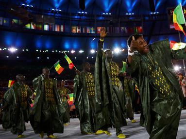 Kontingen atlet senegal menari saat parade upacara pembukaan Olimpiade 2016 di Stadion Maracana, Rio de Janeiro, Brasil (5/8).Kostum-kostum unik yang dipakai peserta juga menambah daya tarik pembukaan Olimpiade 2016 kali ini. (REUTERS / Kai Pfaffenbach)