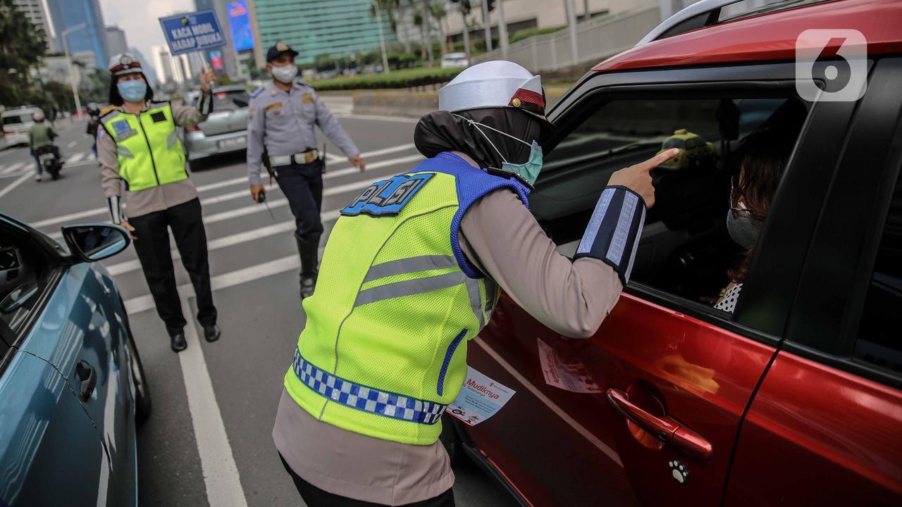 Polisi melakukan sosialisasi larangan mudik kepada pengguna jalan di kawasan Bundaran HI, Jakarta, Rabu (6/5/2020). Sosialisasi tersebut dilakukan demi memutus mata rantai penyebaran virus corona COVID-19 dari satu wilayah ke wilayah lain. (Liputan6.com/Faizal Fanani)