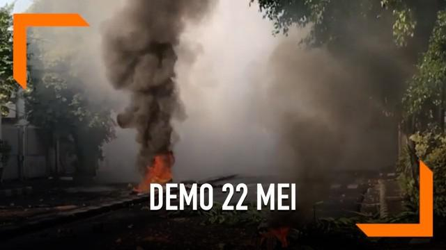 Helikopter pembawa air diturunkan untuk padamkan api di Tanah Abang. Sebelumnya massa membakar berbagai benda dan menambah kericuhan di sekitar lokasi.