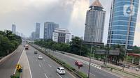 Kendaraan melintasi ruas jalan tol di Jakarta, Minggu (10/5/2020). Pendapatan perusahaan pengelola jalan tol diperkirakan anjlok 70% hingga 80% per hari akibat pembatasan sosial berskala besar (PSBB) dan larangan mudik Lebaran 2020. (Liputan6.com/Immanuel Antonius)
