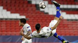 Penyerang Porto, Mehdi Taremi melakukan tendangan salto saat mencetak gol ke gawang Chelsea pada leg kedua perempat final Liga Champions di stadion Ramon Sanchez Pizjuan, Spanyol, Rabu (14/4/2021). Chelsea lolos ke semifinal usai mengandaskan Porto dengan agregat 2-1. (AP Photo/Angel Fernandez)