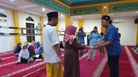 Jovial, salah seorang warga RW 012, menginisiasi acara tahlilan dan buka bersama untuk mengenang anggota KPPS yang meninggal. (istimewa)