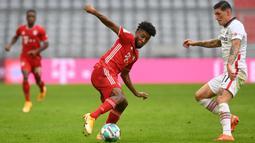 Penyerang Bayern Munchen, Kingsley Coman, berebut bola dengan gelandang Eintracht Frankfurt, Steven Zuber, pada laga lanjutan Liga Jerman di Allianz Arena, Sabtu (24/10/2020) malam WIB. Bayern Munchen menang 5-0 atas Eintracht Frankfurt. (AFP/Christof Stache/various sources)