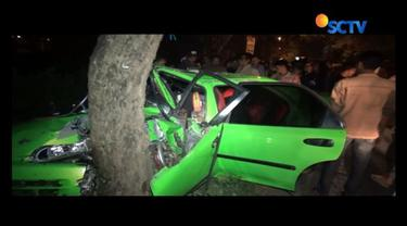 Akibat dikendarai dengan kecepatan tinggi, sebuah mobil di Mojokerto, Jawa Timur, ringsek lantaran menabrak pohon.