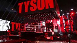Mike Tyson memasuki ring saat akan melawan Roy Jones Jr pada pertarungan tinju eksibisi di Los Angeles, Amerika Serikat, Sabtu (28/11/2020). Pertandingan berakhir tanpa pemenang alias imbang. (Joe Scarnici/Triller via AP)