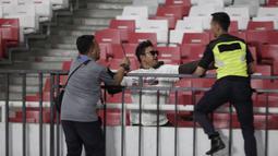 Suporter Timnas Indonesia dihadang pasukan pengamanan ketika akan menghampiri suporter Malaysia saat laga Kualifikasi Piala Dunia 2022 di SUGBK, Jakarta, Kamis (5/9). (Bola.com/Vitalis Yogi Trisna)