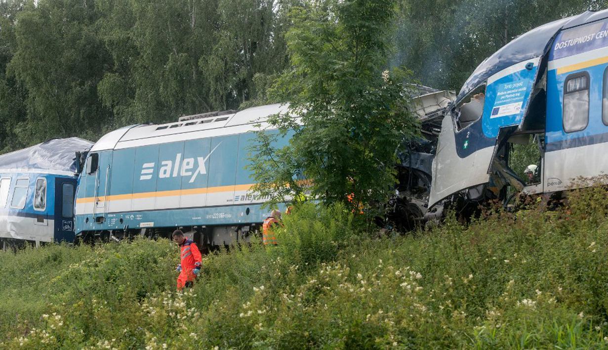 Dua kereta api bertabrakan dekat Desa Milavce antara Stasiun Domazlice dan Blizejovn di Republik Ceko, 4 Agustus 2021. Tiga orang tewas dan puluhan lainnya luka-luka ketika kereta Munich ke Praha nomor Ex 351 bertabrakan dengan layanan regional. (Michal CIZEK/AFP)
