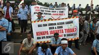 Ribuan Supir Taksi melakukan demo di depan Gedung DPR/MPR, Jakarta, Selasa (22/3). Selain melakukan demo, supir taksi tersebut melakukan sweeping ke supir taksi yang beroperasi di dalam tol dan membakar ban. (Liputan6.com/Johan Tallo)