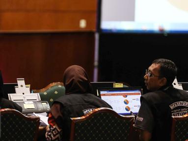 KPUD Jakarta melakukan Input dan memindai data form C1 hasil pemungutan suara dari setiap tempat pemungutan suara (TPS) dengan Sistem Informasi Perhitungan (Situng) KPU di Aula Bina Karya, Hotel Bidakara, Jakarta, Rabu (16/2). (Liputan6.com/Faizal Fanani)