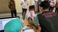 Wagub Jabar Uu Ruzhanul Ulum saat diperiksa tekanan darah oleh tim dokter RS Hasan Sadikin Bandung, sebelum disuntik vaksin Covid-19 Sinovac impor, Bandung, Kamis, 14 Januari 2021. ( Humas RSHS)