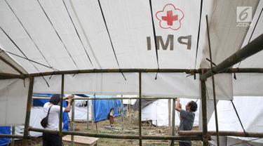 Warga pengungsi Gunung Agung mendirikan tenda di Posko Pengungsi Rendang, Bali, Sabtu (2/12). Bertambahnya jumlah pengungsi membuat mereka harus mendirikan tenda untuk tempat tinggal sementara. (Liputan6.com/Immanuel Antonius)