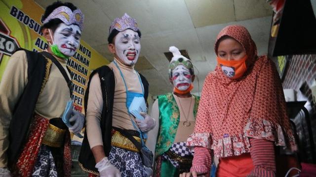 Ketika Punakawan Turun Tangan Pelipur Lara Saat Psbb Di Cirebon Regional Liputan6 Com