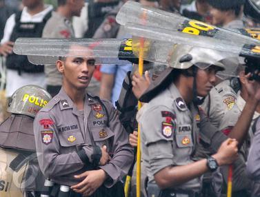 Jaga Aksi Hari Buruh Polisi Berlindung dengan Tameng Saat Hujan