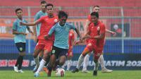Persela Lamongan kalah 1-4 dari Persija Jakarta pada laga Grup B Piala Gubernur Jatim 2020 di Stadion Kanjuruhan, Malang, Selasa (11/2/2020). (Bola.com/Iwan Setiawan)