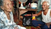 Sepasang lansia di Kota Tarakan bertahan hidup dengan mengandalkan pemberian ikan dari nelayan. (Foto: Siti Hardiani)