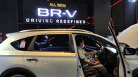 Pengunjung menjajal duduk di balik kemudi all-new Honda BR-V untuk merasakan kenyamanannya. (Septian/Liputan6.com)