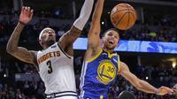 Stephen Curry gagal memasukkan bola saat Warriors kalah dari Nuggets di lanjutan NBA (AP)