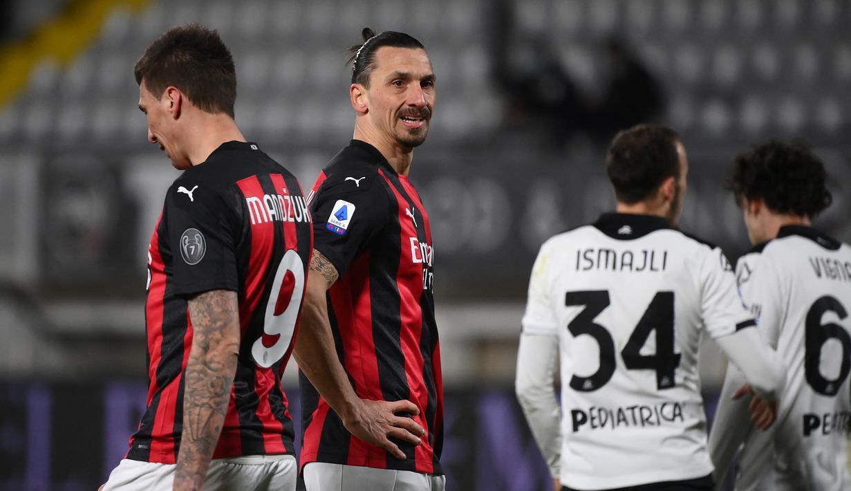 Dua striker AC Milan, Mario Mandzukic (kiri) dan Zlatan Ibrahimovic tampak kecewa saat menghadapi Spezia dalam laga lanjutan Liga Italia 2020/21 pekan ke-22 di the Alberto-Picco Stadium, La Spezia, Sabtu (13/2/2021). AC Milan kalah 0-2 dari Spezia. (AFP/Marco Bertorello)