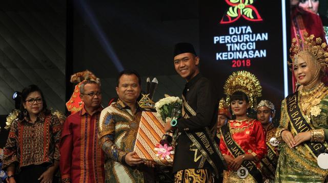 Doni Aditya Saputra dari PEM AKAMIGAS Cepu dan Brelyantika Indra Jesa dari STKS Bandung terpilih menjadi Duta Perguruan Tinggi Kedinasan Tahun 2018 di Balai Sarbini, Jakarta, Rabu