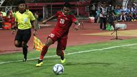 Asnawi Mangkualam menjadi bek kanan dalam laga pertama Piala AFF U-19 2018 kontra Laos di Stadion Gelora Delta, Sidoarjo, Minggu (1/7/2018). (Bola.com/Aditya Wany)