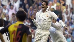 Fernando Hierro tercatat telah membela Real Madrid selama 14 musim dan berhasil mempersembahkan lima gelar La Liga serta tiga trofi Liga Champions. Ia meninggalkan Bernabeu menuju klub Qatar Al Rayyan dengan status bebas transfer pada 2002 silam. (Foto: AFP/Pierre-Philippe Marcou)