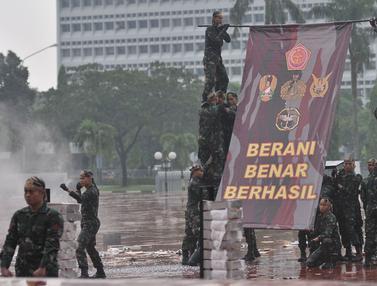 Aksi Prajurit TNI Unjuk Kebolehan di hadapan Jokowi dan Sultan Brunei
