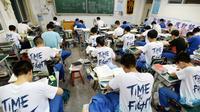 """Suasana para siswa mengerjakan soal menjelang ujian tahunan """"Gaokao"""" atau ujian masuk perguruan tinggi di China, Handan, provinsi Hebei Utara (23/5). Gaokao China akan berlangsung 7-8 Juni tahun ini. (AFP Photo/China Out)"""