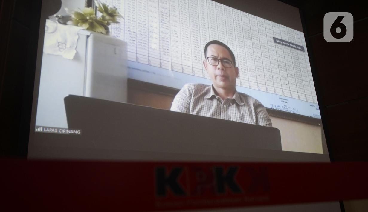 Terdakwa Tubagus Chaeri Wardana alias Wawan mendengarkan Jaksa Penutut Umum (JPU) membacakan tuntutan dalam sidang online di Gedung KPK, Jakarta, Senin (29/6/2020). Wawan terjerat tindak pidana pencucian uang (TPPU) dalam kasus sejumlah korupsi. (merdeka.com/Dwi Narwoko)