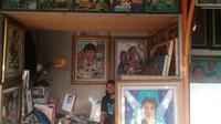 Wawan dan kios pelukisnya di Sentra Pelukis (dok Liputan6.com/Ossid Duha Jussas Salma)