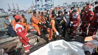 Petugas Basarnas menurunkan barang temuan jatuhnya pesawat Lion Air JT 610 di Posko Evakuasi, Tanjung Priok, Jakarta, Senin (29/10). Pesawat Lion Air JT 610 yang jatuh membawa 188 orang. (Merdeka.com/Iqbal Nugroho)