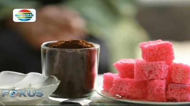 Gula Cakar dibuat dari gula pasir sebagai bahan utamanya, serta diberi pewarna makanan lalu diberi soda kue.
