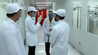 Presiden Joko Widodo atau Jokowi (kedua kiri) meninjau fasilitas produksi dan pengemasan di PT Bio Farma, Bandung, Jawa Barat Selasa (11/8/2020).  Jokowi menggunakan pakaian lengkap penelitian untuk melihat Laboratorium Bio Farma. (Foto: Biro Pers Kepresidenan)