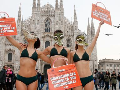Aktivis PETA (People for the Ethical Treatment of Animals) mengenakan bikini saat berunjuk rasa menjelang Milan Fashion Week di Milan Duomo Square, Italia, Selasa (21/2). (AP Photo/Antonio Calanni)