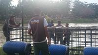 Satgas Penanganan Buaya Berkalung Ban tengah memantau keberadaan buaya di Sungai Palu, Selasa (11/2/2020). (Liputan6.com/Heri Susanto)