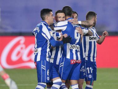 Para pemain Alaves merayakan gol yang dicetak oleh Lucas Perez ke gawang Real Madrid pada laga Liga Spanyol di Stadion Alfredo di Stefano, Sabtu (28/11/2020). Real Madrid takluk dengan skor 1-2. (AP/Bernat Armangue)