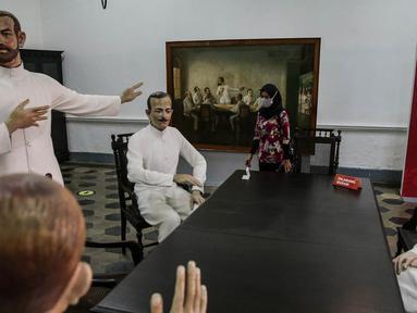 Pengunjung mengamati diorama sejarah di Museum Kebangkitan Nasional, Jakarta, Kamis (20/5/2021). Hari Kebangkitan Nasional yang diperingati pada tanggal 20 Mei merupakan refleksi mengenang masa dimana bangkitnya rasa dan semangat persatuan, kesatuan dan nasionalisme.  (Liputan6.com/Faizal Fanani)