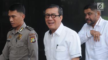 Menteri Hukum dan HAM, Yasonna Hamonangan Laoly (tengah) memenuhi panggilan penyidik KPK di Jakarta, Selasa (25/7/2019). Yasonna Laoly diperiksa sebagai saksi untuk tersangka mantan anggota DPR RI, Markus Nari terkait kasus dugaan korupsi proyek pengadaan e-KTP.  (merdeka.com/Dwi Narwoko)