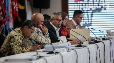 Ketua KPU Arief Budiman (tengah) memimpin rapat Rekapitulasi Hasil Penghitungan Perolehan Suara Tingkat Nasional dan Penetapan Hasil Pemilihan Umum Tahun 2019 di Jakarta, Minggu (19/5/2019). Rapat menetapkan perolehan suara dari Sulawesi Selatan dan PPLN Kuala Lumpur. (Liputan6.com/Faizal Fanani)