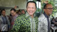 Ketua Umum Kadin, Rosan P. Roeslani (kanan) dan Wakil Ketua Umum Kadin bidang hubungan antar lembaga, Bambang Soesatyo (kedua kanan) berjalan usai mendatangi gedung KPK, Jakarta, Jumat (15/4). (Liputan6.com/Helmi Afandi)