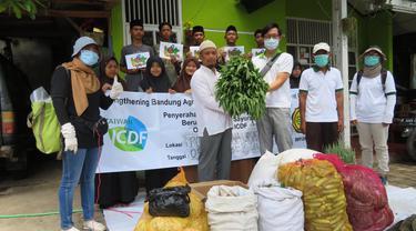 Kegiatan donasi misi teknik pertanian Taiwan di Bandung. Memberikan sumbangan ke panti asuhan (TETO)