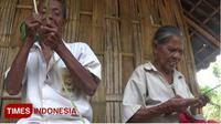 Mbah Usrek dan Mbah Towir, pasutri generasi terakhir penganyam besek bambu sedang membuat besek. (Pendim Kediri for TIMES Indonesia)