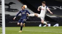 Bek Tottenham Hotspur, Ben Davies melakukan penyelamatan dari kejaran penyerang Dinamo Zagreb, Lirim Kastrati pada leg pertama babak 16 besar Liga Europa di ottenham Hotspur Stadium, Inggris, Jumat (12/3/2021). Hasil ini bagus bagi Spurs menyambut leg kedua. (AP Photo/Alastair Grant, Pool)