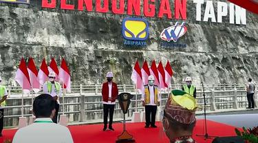 Presiden Jokowi meresmikan Bendungan Tapin di Desa Pipitak Jaya, Kabupaten Tapin, Kalsel, Kamis (18/02/2021). (Foto: Setkab.go.id)